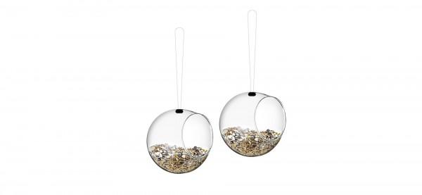 Die Mini-Futterkugeln von Eva Solo sorgen für munteres Vogelleben und helfen den Kleinvögeln durch d